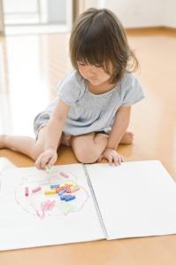 お絵描きする女の子